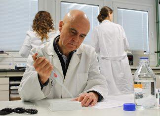 José Juan Gaforio durante uno de sus estudios en laboratorio.