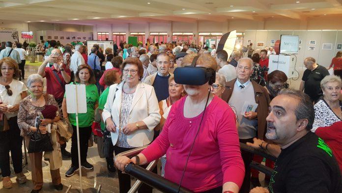 Una mujer prueba unas gafas de realidad virtual en la Feria de Mayores. FOTO: HoraJaén