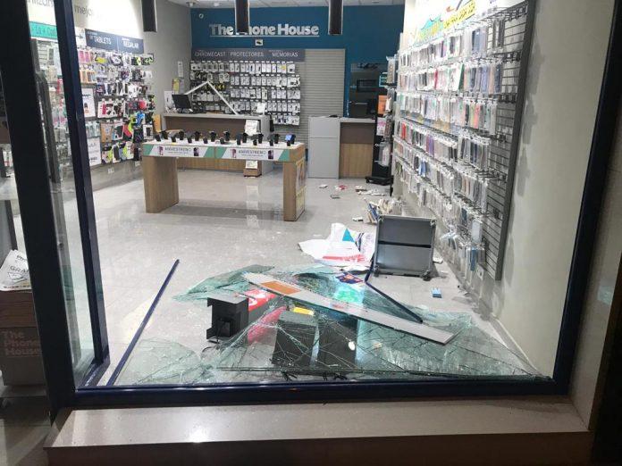 Tienda donde se cometió anoche un robo.