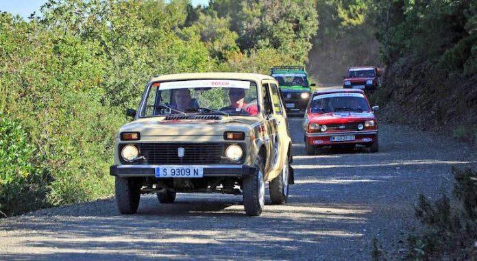 Coches participando en el Raid Classic Spain.
