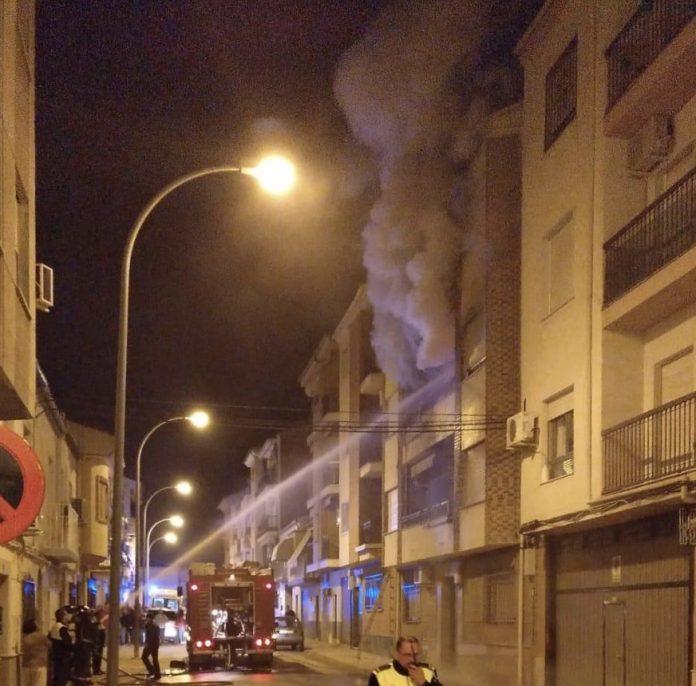 Bomberos actúanos en el incendio de una vivienda en la calle Sevilla de Martos. FOTO: Archivo