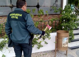 La Guardia Civil con el hacha requisada al agresor.