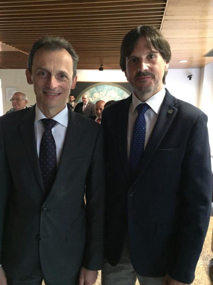 Juan Jesús Gutiérrez, a la izquierda, con el ministro de Educación, Pedro Duque.