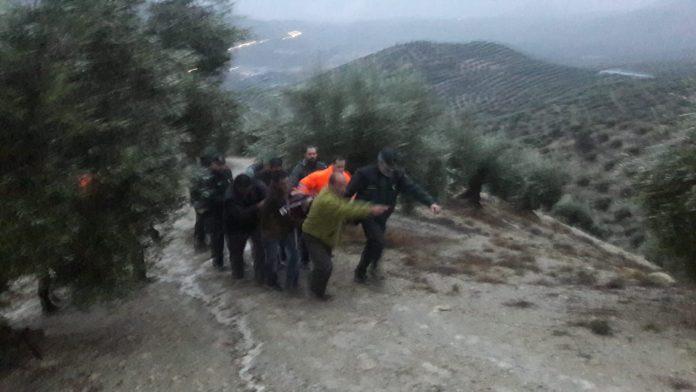 Imagen del rescate del hombre de 74 años. FOTO: Guardia Civil