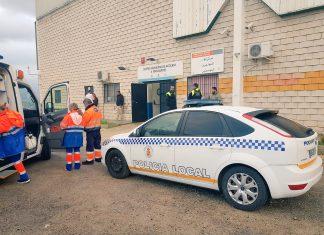 Servicios sanitarios y policía local a la puerta del centro de transeúntes. FOTO: Policía Local