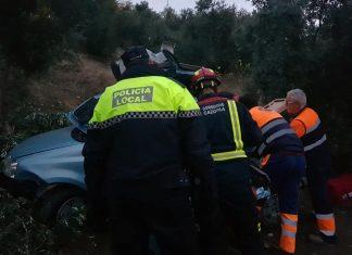 Servicios de emergencias rescatan a la mujer herida en el accidente. FOTO: Policía Local de Cazorla