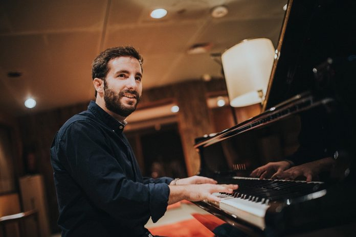 Chico Pérez, tocando el piano.