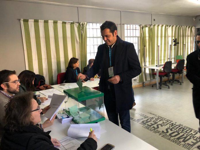 Juan Diego Requena votando en su mesa electoral de Santisteban del Puerto.