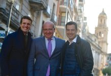 Pablo Casado, Javier Márquez y Juanma Moreno, en la calle Bernabé Soriano.