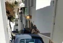 Coche atrapado en una calle de Cazorla, FOTO: Policía Local de Cazorla