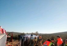 Operativos de emergencias y sanitarios trabajando tras el accidente. FOTO: Bomberos de Andújar