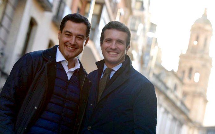 Pablo Casado y Juanma Moreno, en la calle Bernabé Soriano.