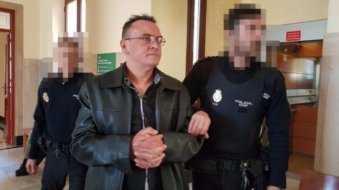 Miguel Ángel S. llega a la Audiencia Provincial esposado. FOTO: HoraJaén