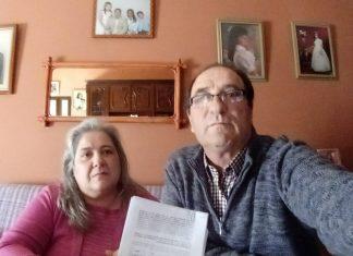 Maria José y Emilio con algunas de las firmas que han presentado para que no les quiten a los tres pequeños.