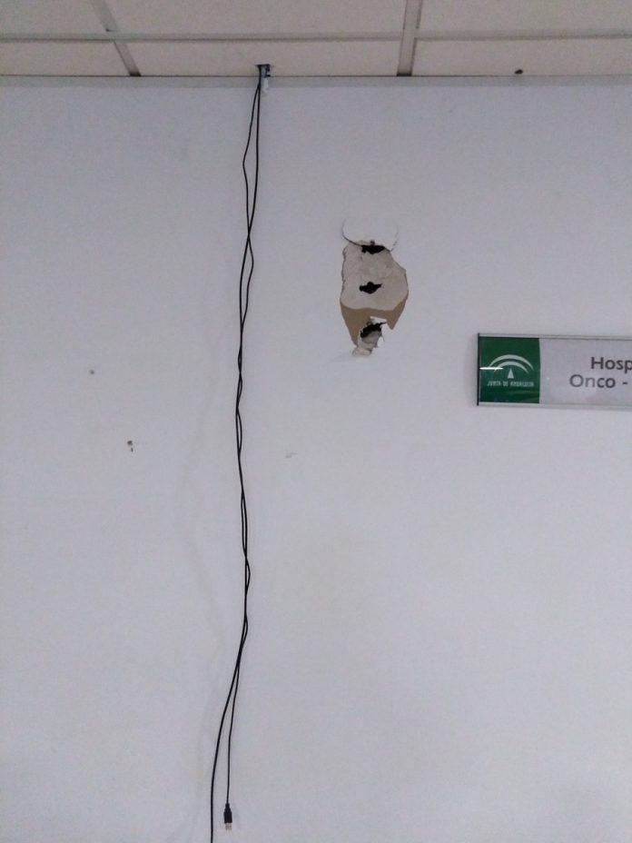 Así han quedado las paredes de la sala de oncología tras el robo. FOTO: Nuria Cardenas