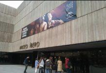 Opositores esperando entrar en el Museo Íbero para estudiar.