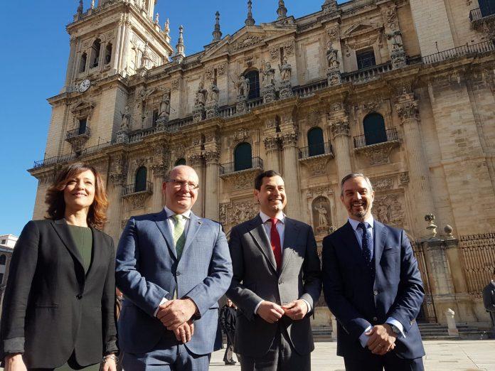 Maribel Lozano, Javier Márquez, Juanma Moreno y Juan Brazo, en la plaza de Santa María.