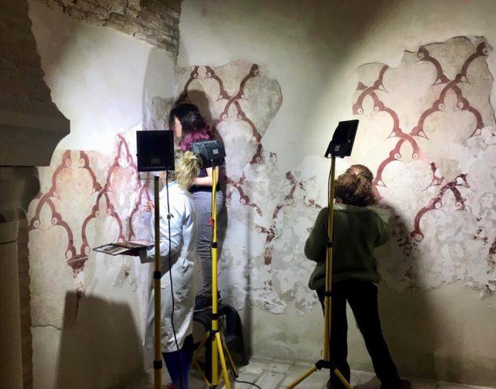 Trabajos de restauración de pinturas murales en Banos Arabes.