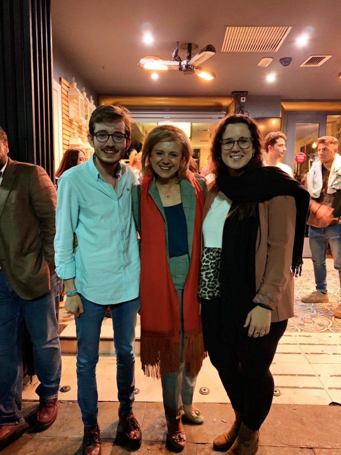 María Luisa del Moral con miembros de Nuevas Generaciones del PP.