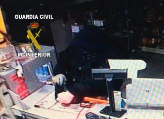Imagen del atraco a una gasolinera en Torredonjimeno.