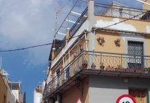 Calle Los Almendros sentido Ascendente señal de límite de velocidad a 10 km/h.