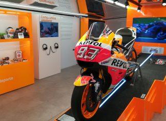 Moto de Marc Márquez en la exposición.