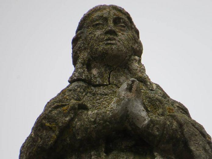 Estado en el que se encontraba la cabeza de la Inmaculada, donde se puede observar las fracturas existentes.