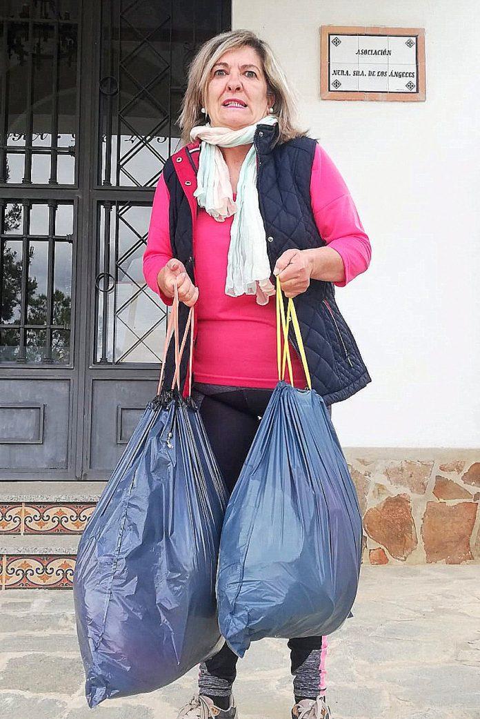 Ascension Soler muestra su basura diaria para transportarla.