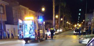 Los servicios de emergencia en el accidente de tráfico ocurrido anoche con un motorista herido en Martos.