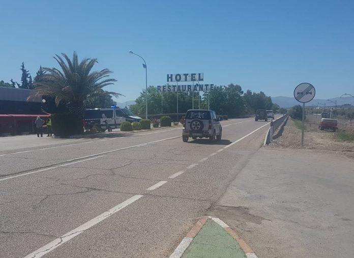 Lugar donde se ha producido el accidente con presencia aún de Guardia Civil. FOTO: HoraJaén