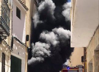 Un intenso humo negro salía del interior de la vivienda. FOTO: Cosme Bueno