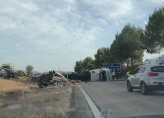Accidente de un camión y un coche en la A-4.