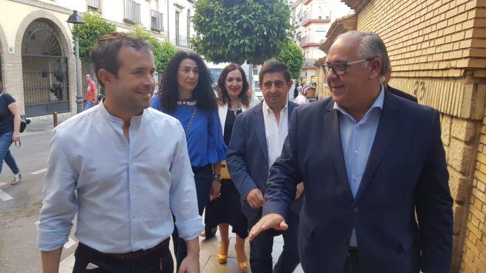 Jesús Estrella y Julio Millán, hablando entre otras asuntos de las negociaciones por la alcaldía de Jaén, con el presidente de Diputación un paso por detrás.