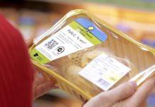 Consumidor comprueba etiquetado en un alimento de Carrefour. FOTO: Carrefour