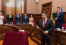 Reyes recibe el bastón de presidente de la Diputacion de Jaén.