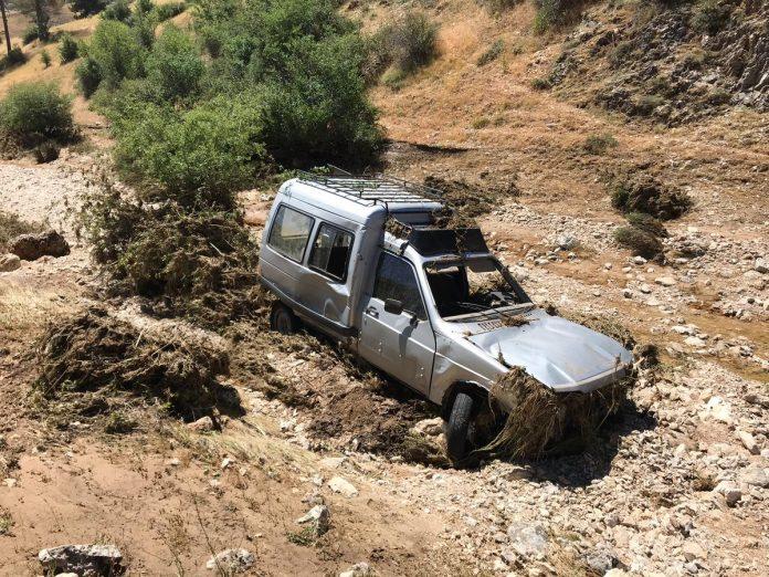 Así quedó el coche de uno de los pastores que se dirigía a los Campos de Hernán Perea cuando le sorprendió la tormenta. FOTO: @DescubreSantPont