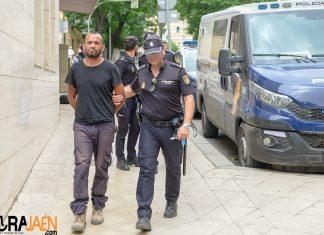Uno de los detenidos a la llegada al juzgado. FOTO: Peragón