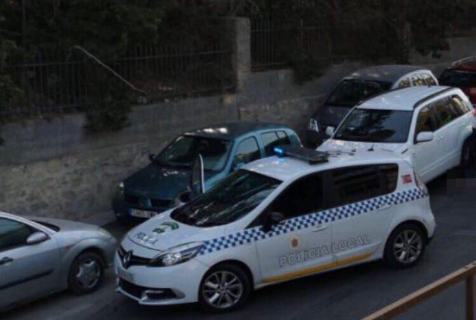 Cocha patrulla interceptando el vehículo robado. FOTO: Policía Local de Jaén