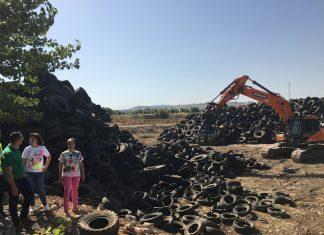 Retirada de neumáticos en una finca de Mengíbar.