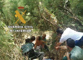 La mujer es rescatada por Guardia Civil, policía local y vecinos.