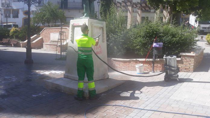 Limpieza de la estatua de Almendros Aguilar.