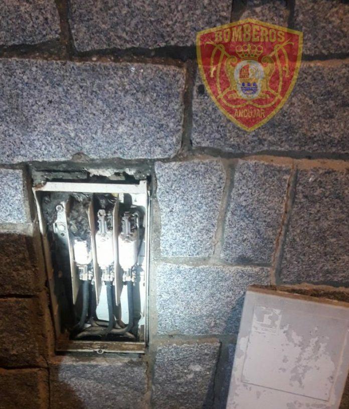 La rata se metió en la caja de electricidad provocando un cortocircuito y posterior incendio. FOTO: Bomberos de Andújar