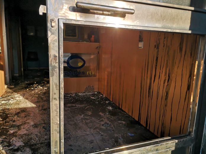 Así es como ha quedado la entrada de Onda Jaén tras el incendio.