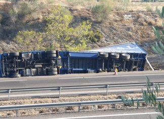 El camión volcado en la A-4 a la altura de Villanueva de la Reina.