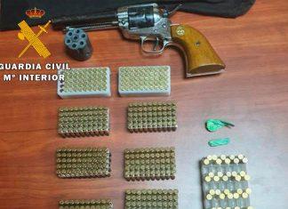 Arma y munición incautada.