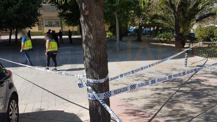 Policías en la zona buscan casquillos de bala tras el tiroteo. FOTO: Hora Jaén