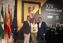 José Manuel Ortiz, fundador de la empresa y Lourdes Pérez, CEO de la empresa, con el alcalde de Linares, Raúl Caro-Accino.