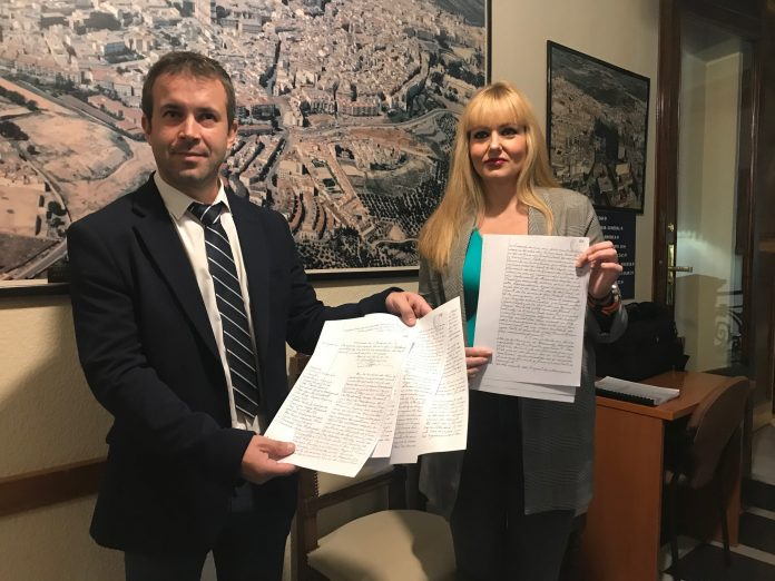 El alcalde Julio Millán y la concejal María Cantos con el primer contrato que se firmó en 1961.