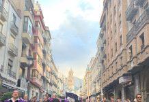La tuna actúa durante la feria de San Lucas en la calle Bernabé Soriano de Jaén.