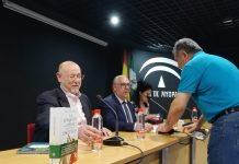 Eslava Galán en la presentación de su libro.